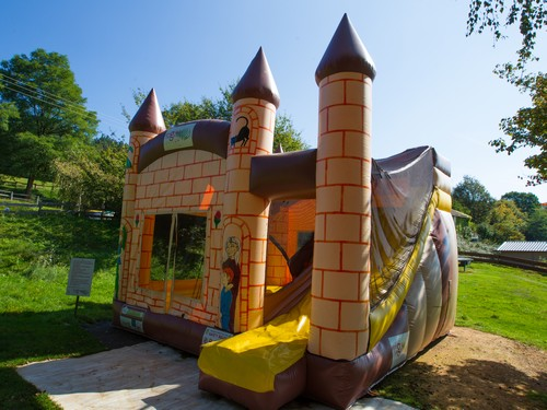 Camping Fougeraie (Nièvre,Morvan) : Giant inflatable castle